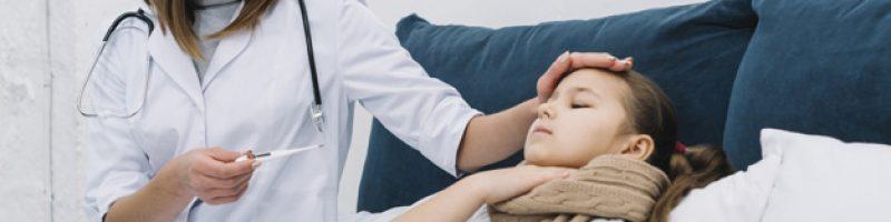 femme medecin mesurant temperature fille malade souffrant fievre_23 2148053220